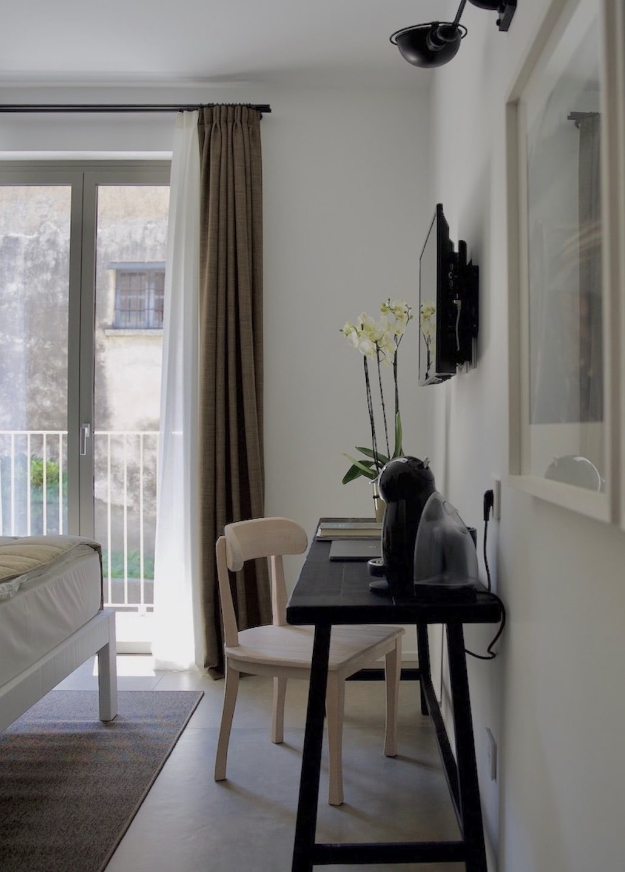 Camera d'albergo con scrivania, sedia e macchina del caffè
